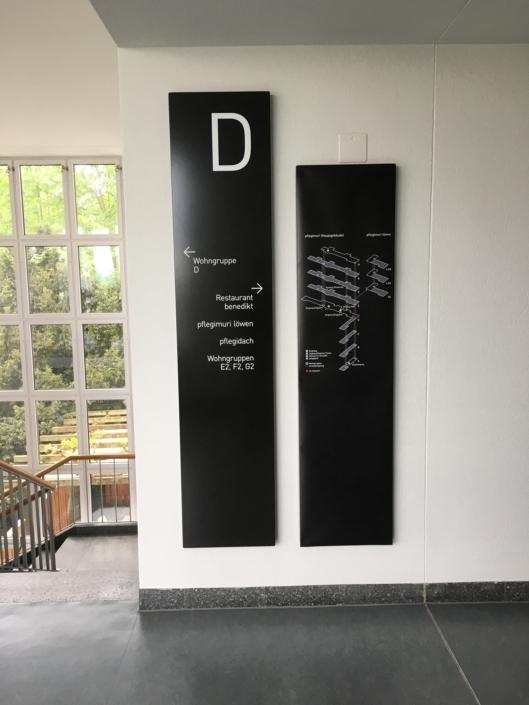 Wagner-Schriften_Signaletik_Plegi-Muri_Loewen_Stockwerktafel