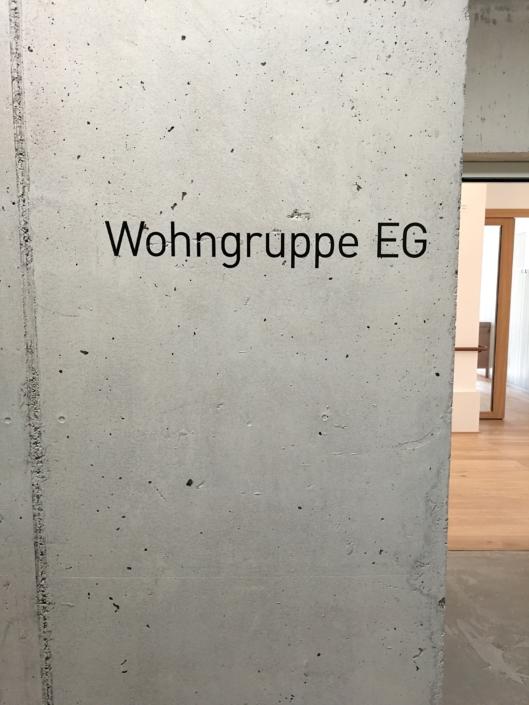 Signaletik_Plegi-Muri_Loewen_Wandbeschriftung