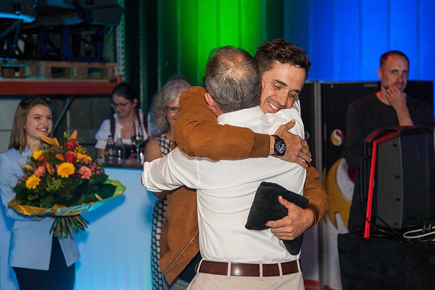 Der Musiker Seven und Michel Wagner umarmen sich als Freunde